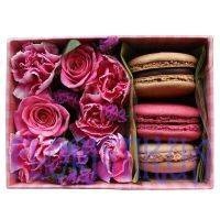 Set with flowers and macaroon